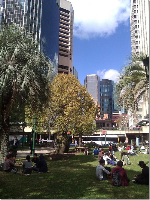 Lunchtime in Anzac Square, Brisbane CBD. By Nic Freeman