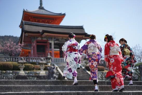 Kimono tourits at temple Kyoto
