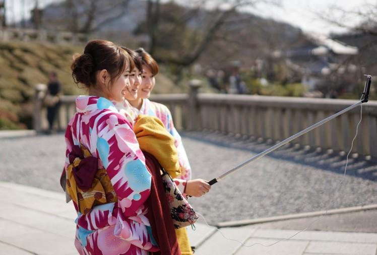 Kimono wearing tourists in Kyoto Gion Higashiyama